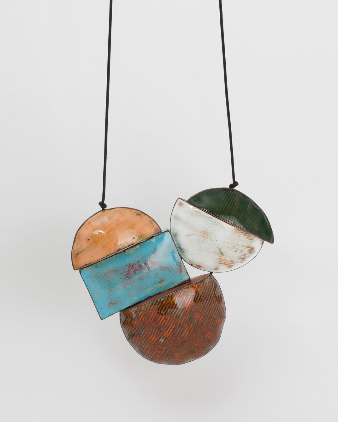 Nicole Beck, Playground, 2018, necklace; copper, enamel, thread, 170 x 140 x 40 mm, €3650