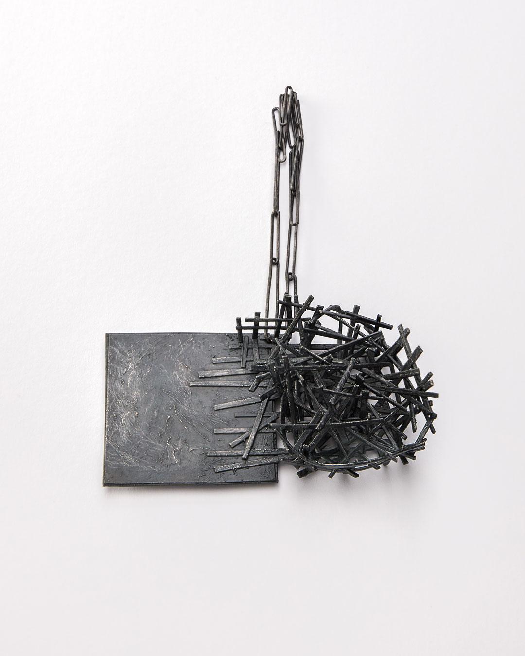 Iris Bodemer, Gegenüberstellung 1 (Juxtapositie 1), 2019, hanger; zilver, thermoplast, 90 x 140 x 40 mm, €4250