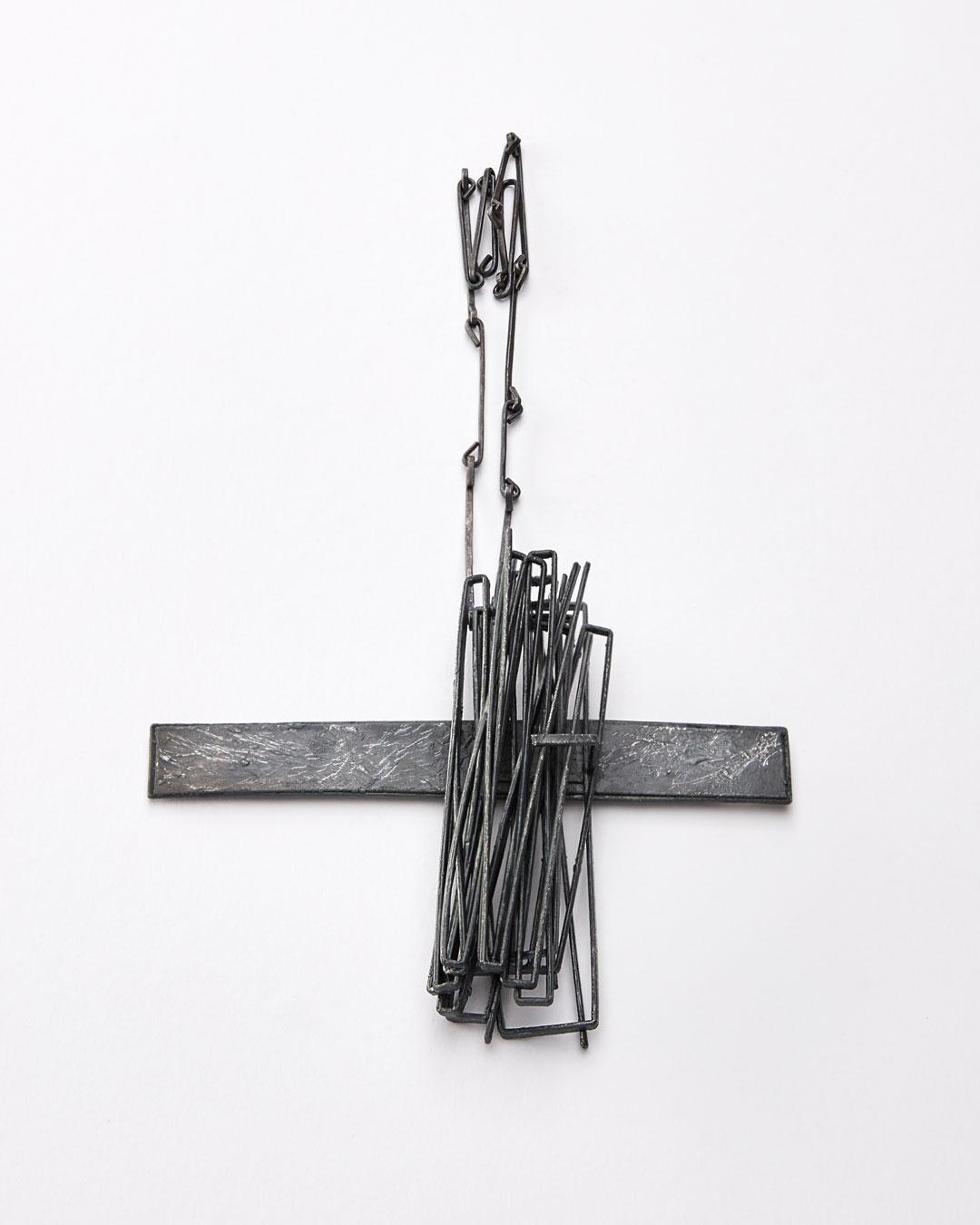 Iris Bodemer, Gegenüberstellung 4 (Juxtapositie 4), 2019, hanger; zilver, thermoplast, 110 x 140 x 25 mm, €3500