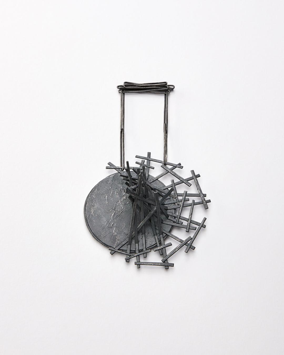 Iris Bodemer, Gegenüberstellung 5 (nevenschikking 5), 2019, hanger; zilver, thermoplast, 115 x 110 x 45 mm, €3500