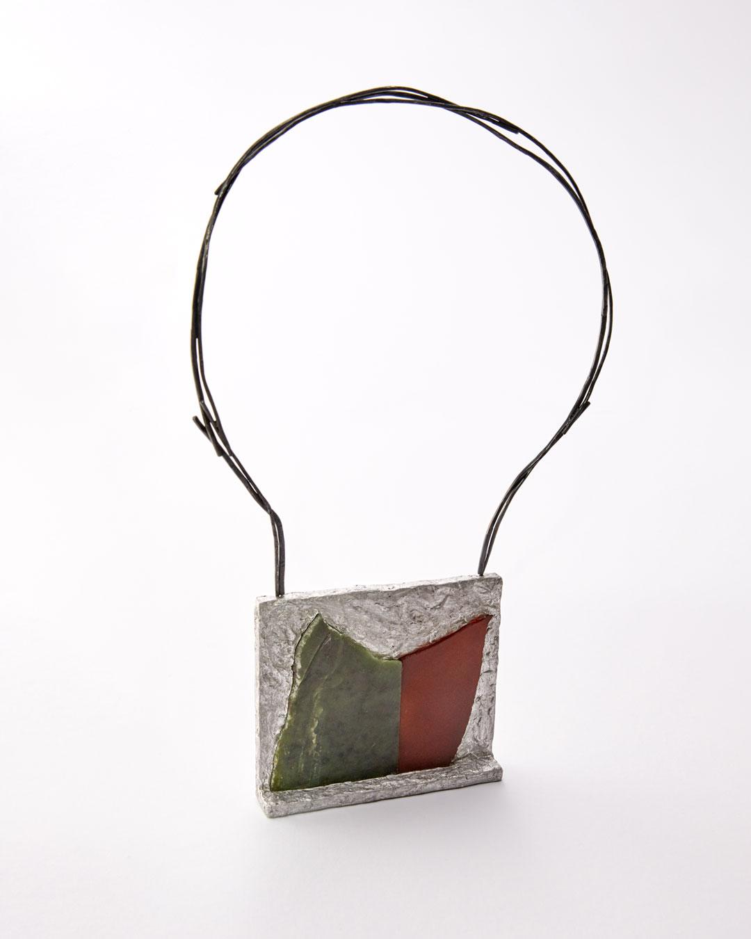 Iris Bodemer, Ordnung 3 (Array 3), 2019, hanger; aluminium, nefriet, carneool, zilver, montagelijm, 85 x 100 x 20 mm, €4000