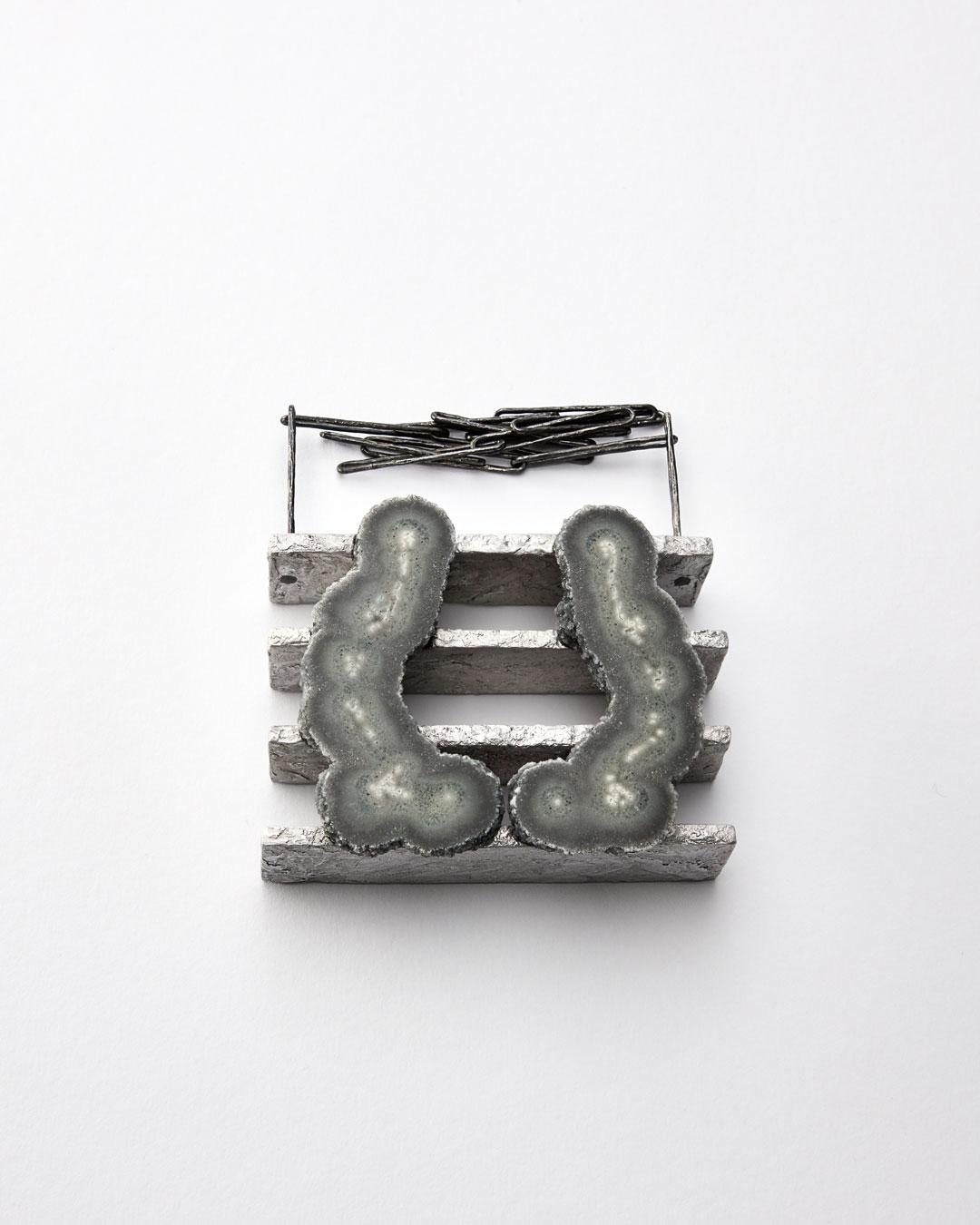 Iris Bodemer, Ordnung 4 (Array 4), 2019, hanger; aluminium, agaat, zilver, montagelijm, 80 x 100 x 30 mm, €4000