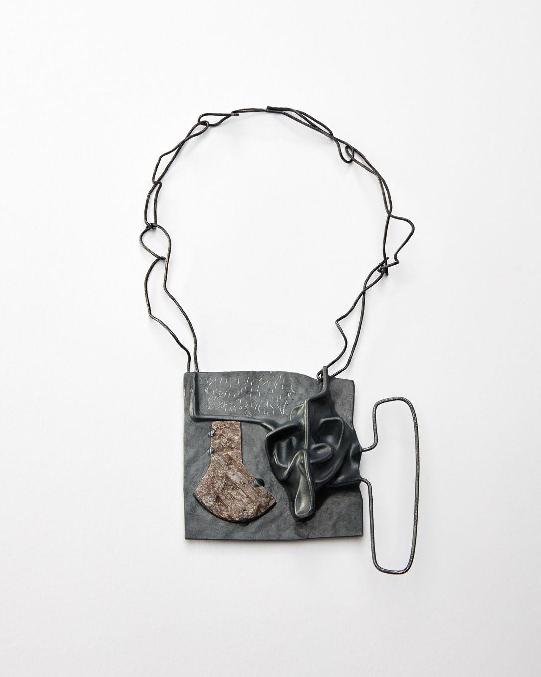 Iris Bodemer, Klang 1 (Sound 1), 2019, hanger; zilver, thermoplast, saffier, 105 x 115 x 25 mm, €4250