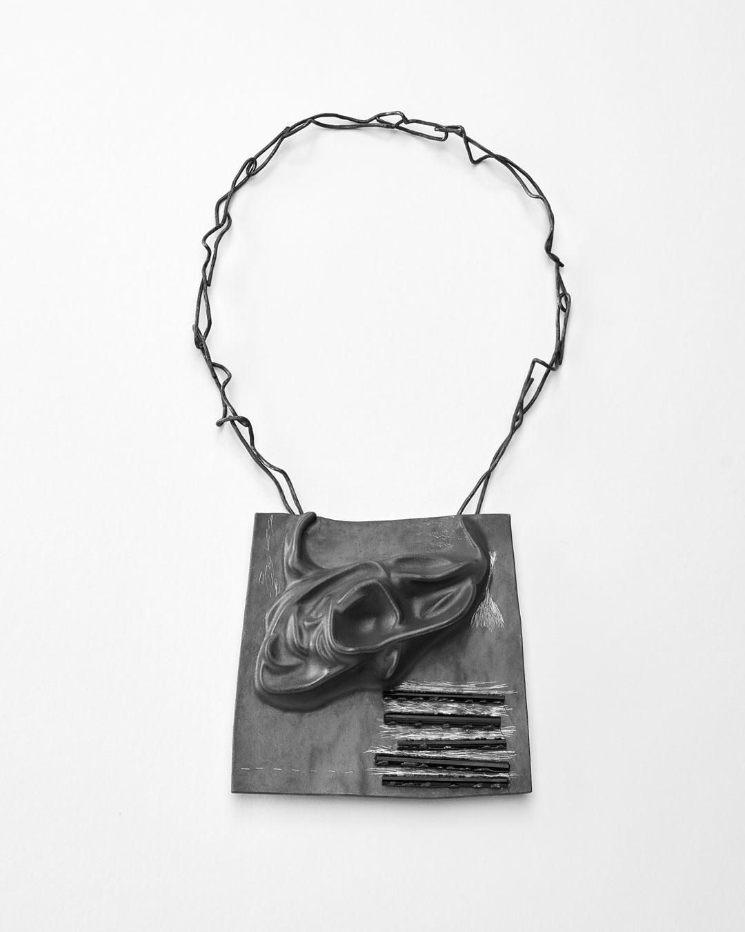 Iris Bodemer, Klang 2 (Geluid 2), 2019, hanger; zilver, thermoplast, toermalijn, 100 x 100 x 20 mm, €4000