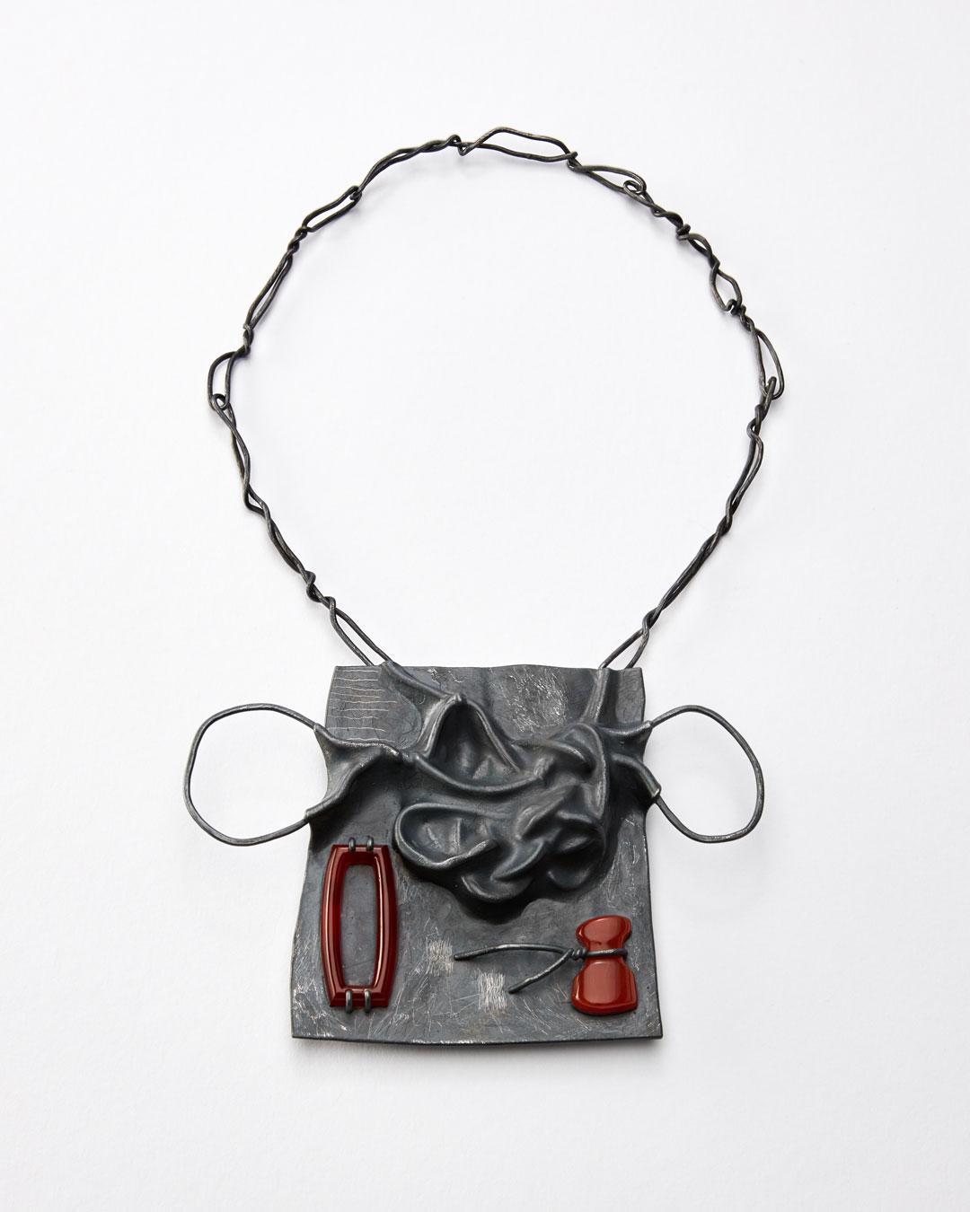 Iris Bodemer, Klang 5 (Geluid 5), 2019, hanger; zilver, thermoplast, carneool, 100 x 140 x 15 mm, €4000