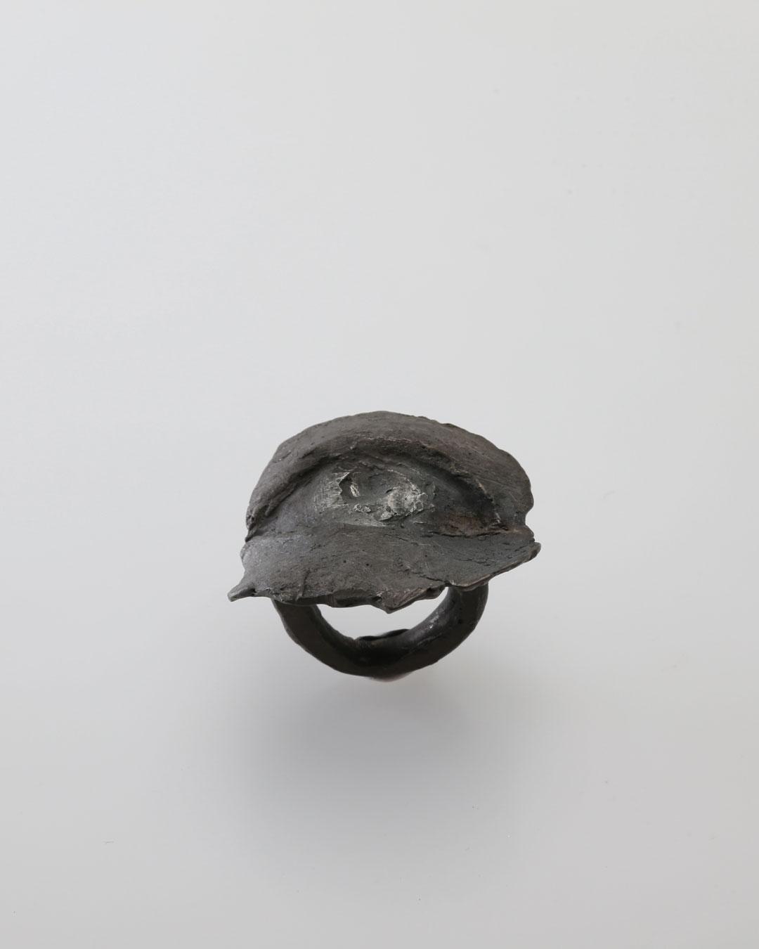 Juliane Brandes, Gegenwart (Heden), 2017, ring; zilver, ruthenium, 35 x 40 x 40 mm, €1170