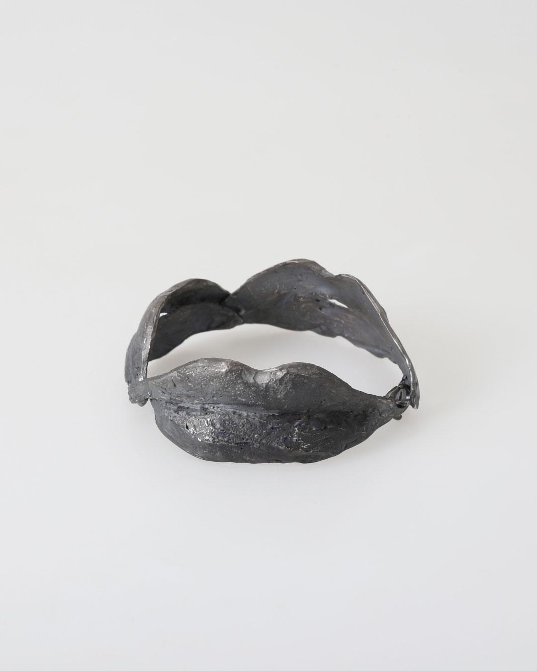 Juliane Brandes, zonder titel, 2017, armband; zilver, ruthenium, 70 x 30 mm, €2430