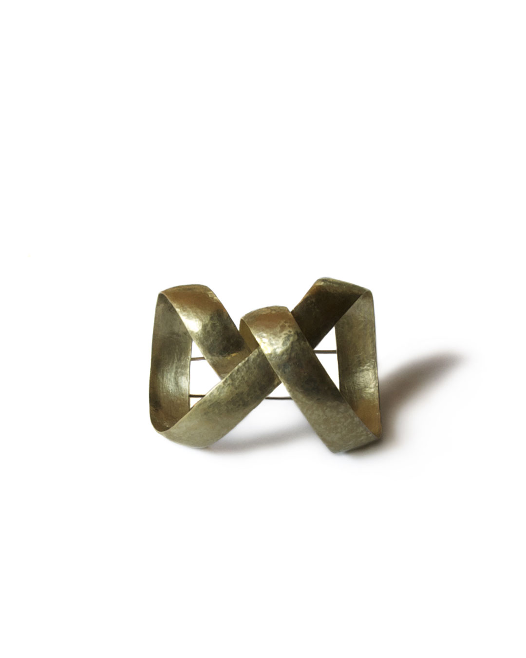Antje Bräuer, Schleife I (Loop I), 2008, brooch; 14ct gold, steel, 48 x 35 x 32 mm, €2875
