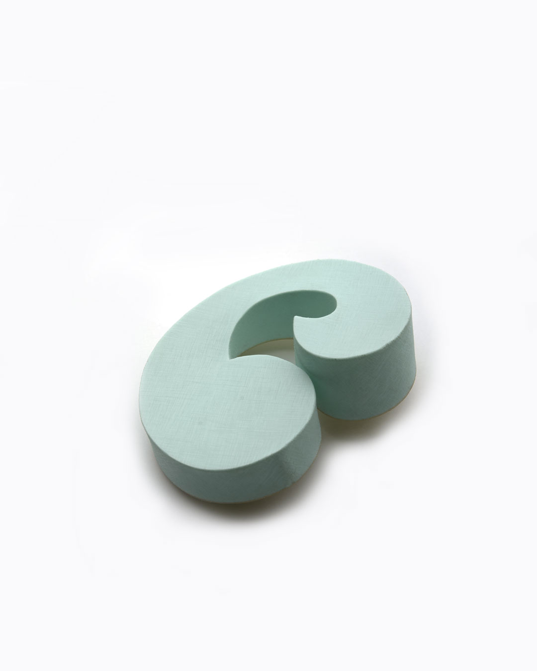 Ute Eitzenhöfer, Schnörkel 4  (Squiggle 4), 2014, brooch; plastic (from packaging), 100 x 70 x 25 mm, €1000