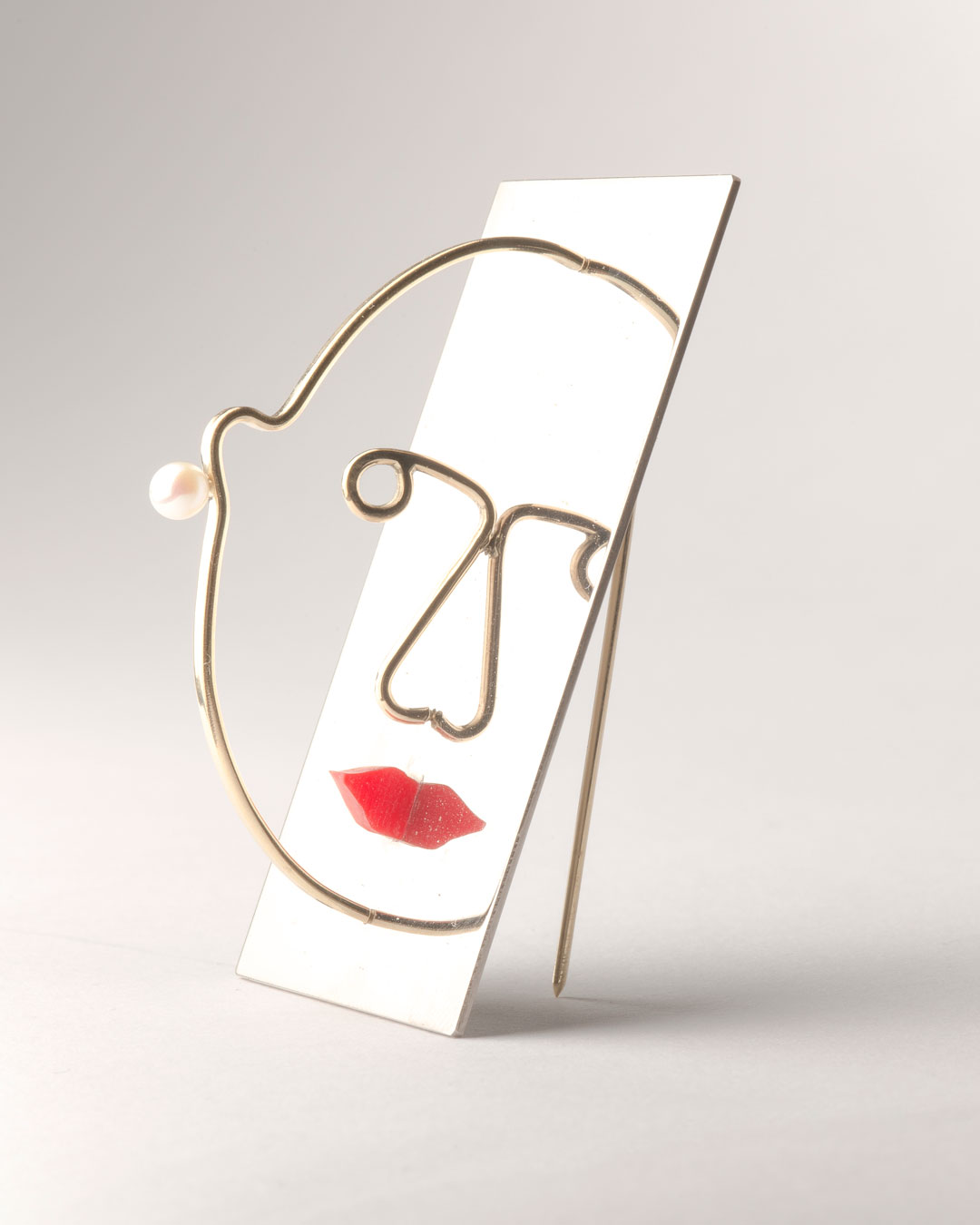Herman Hermsen, Vanity, 2019, brooch; white gold, yellow gold, pearl, plastic, 60 x 40 x 30 mm, €4850
