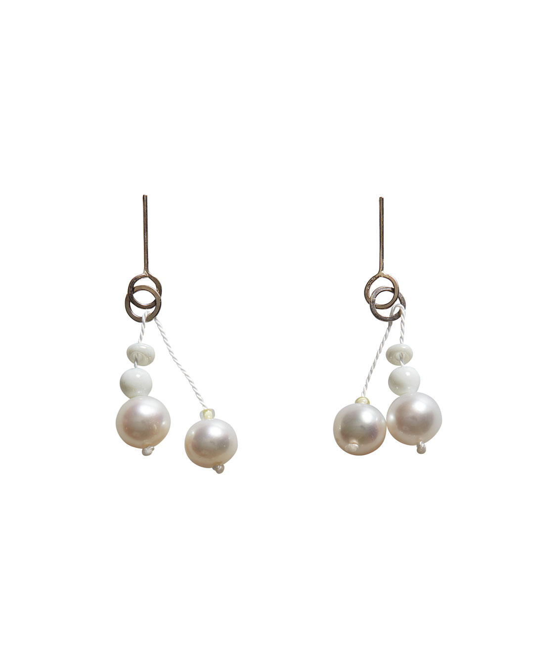 Annelies Planteijdt, Mooie stad - Witte water (Beautiful City - White Water), 2020, earrings; freshwater pearls, porcelain, Japanese glass beads, white gold, yarn, silver, 25 mm, €275