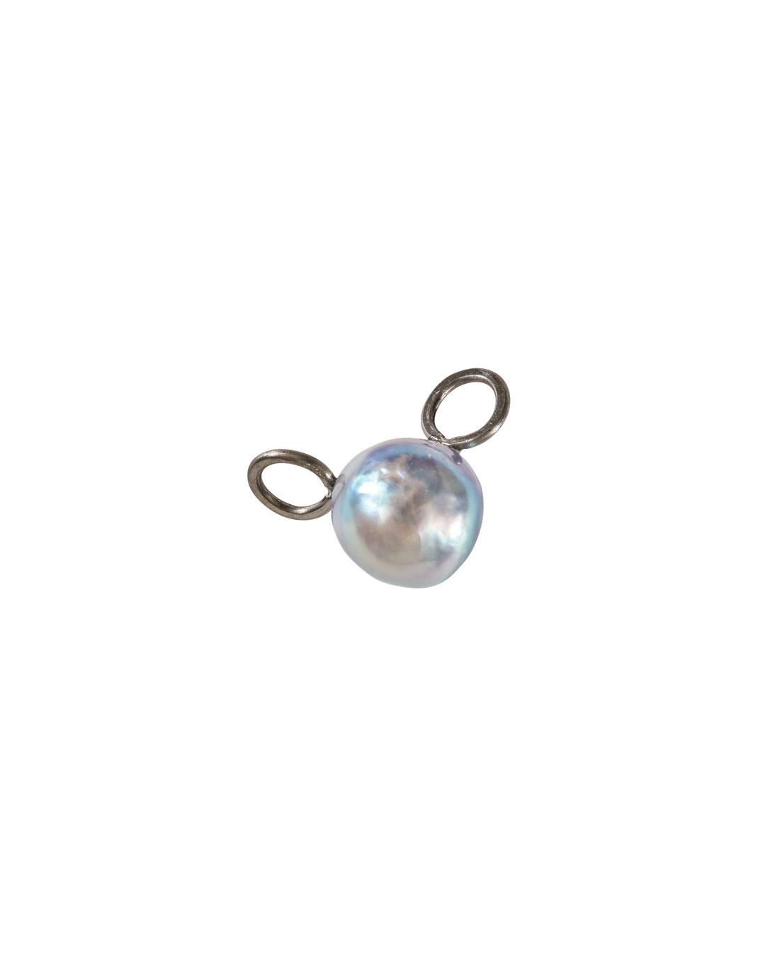 Annelies Planteijdt, Mooie stad - H2O  Watermolecule (Beautiful City - H2O Watermolecule), 2020, charm; Akoya pearl, silver, silk, 10 x 15 mm, €135