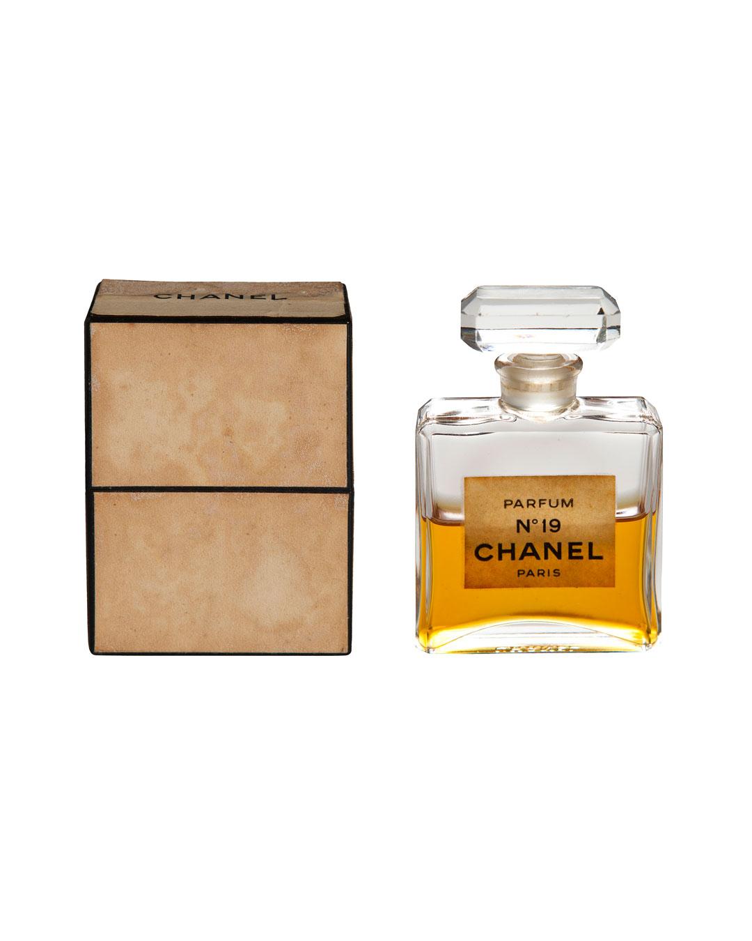 Annelies Planteijdt, Mooie stad – Collier en Chanel no.19, 2017, flesje Chanel no.19 (afbeelding 3/3)