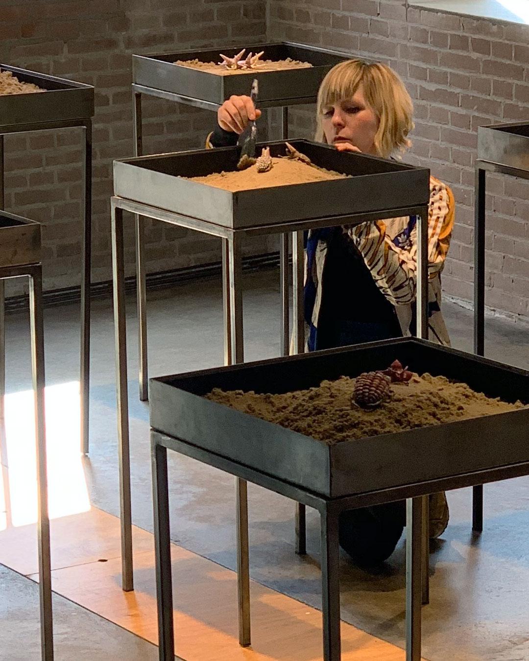 Märta Mattsson richt haar tentoonstelling in bij Marzee in maart 2019.