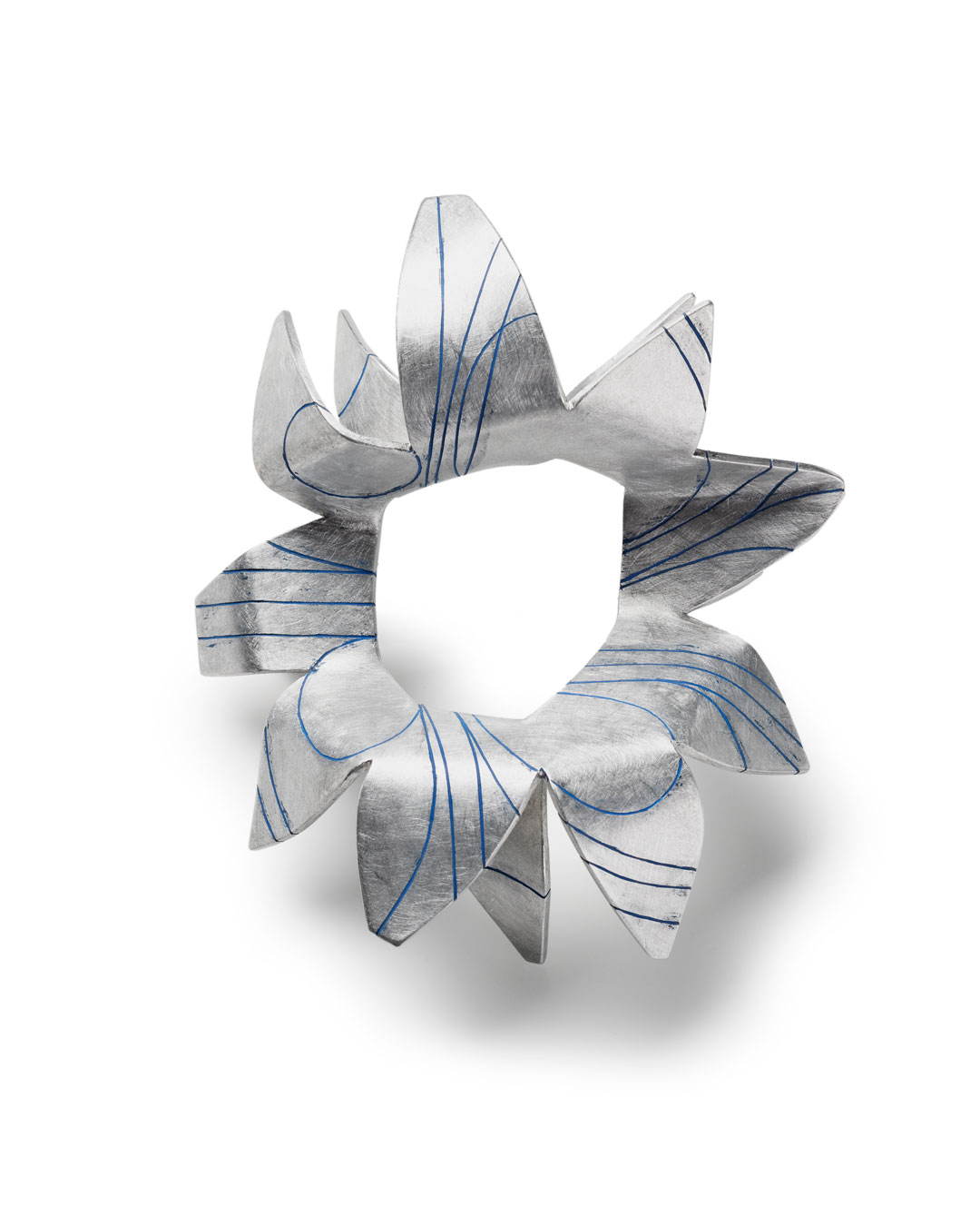 Ann Schmalwasser, Strahlen (Beams), 2013, brooch; aluminium, paint, 110 x 130 x 70 mm, €730