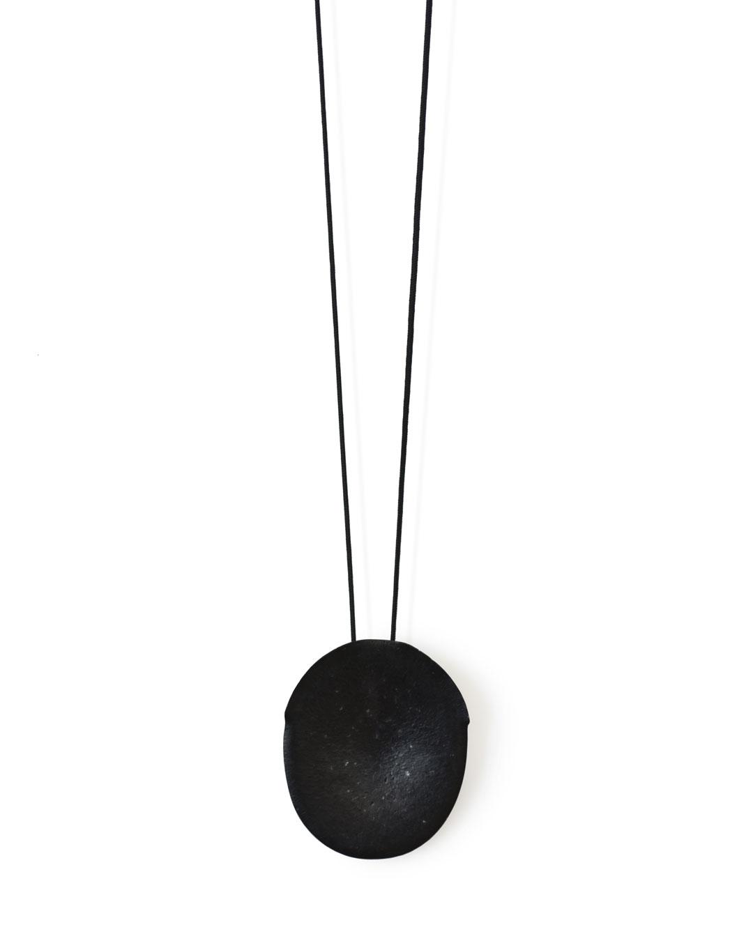 Karin Seufert, untitled, 2018, pendant; anodised aluminium, thread, 68 x 57 x 11 mm, €605
