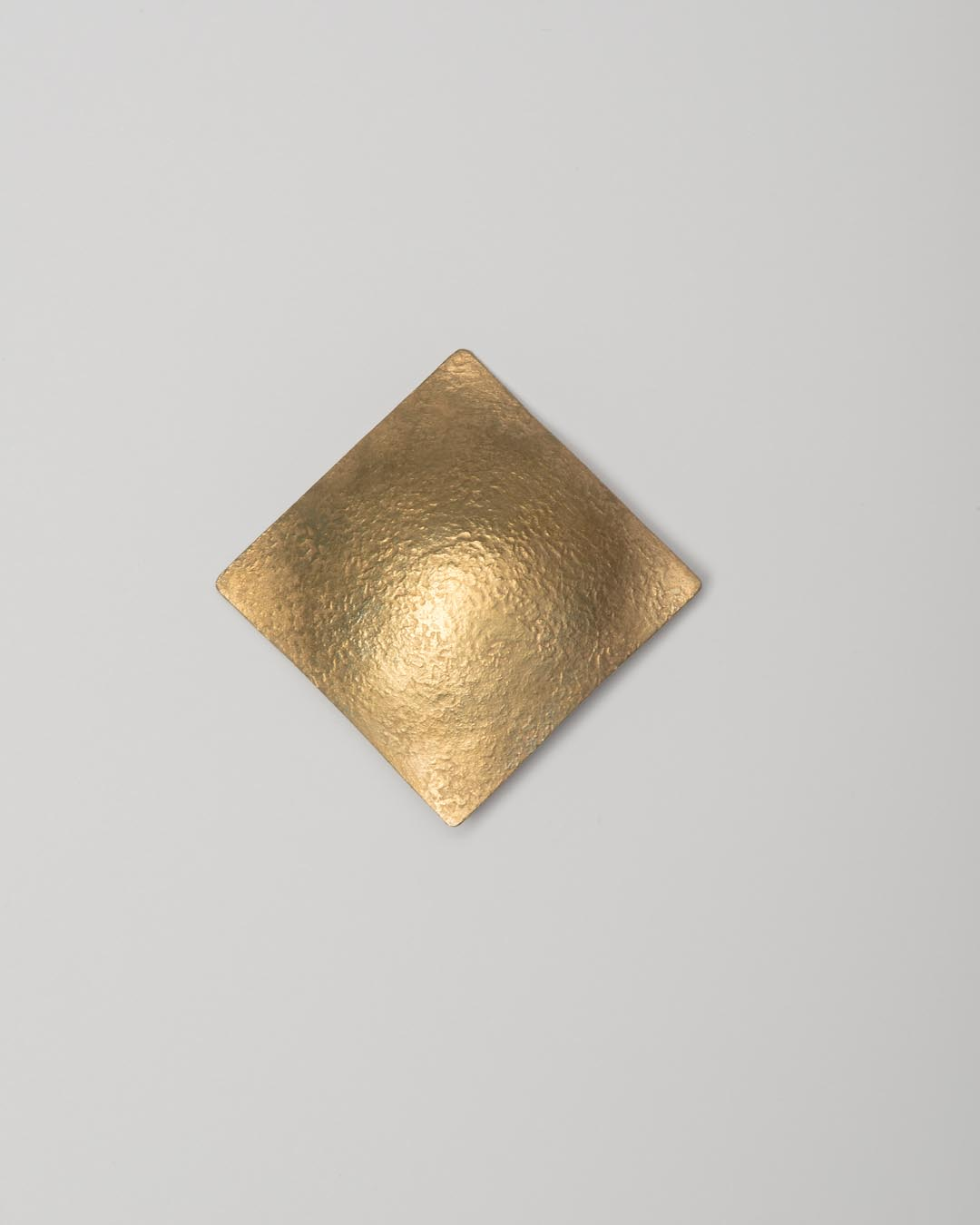Yasuki Hiramatsu, untitled, brooch; gold-plated silver, €875