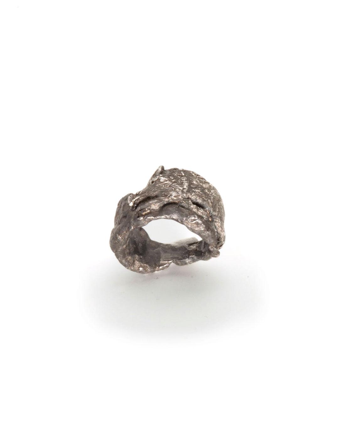 Juliane Brandes, Der Club, 2016, ring; zilver, ruthenium, 35 x 35 mm, €1090