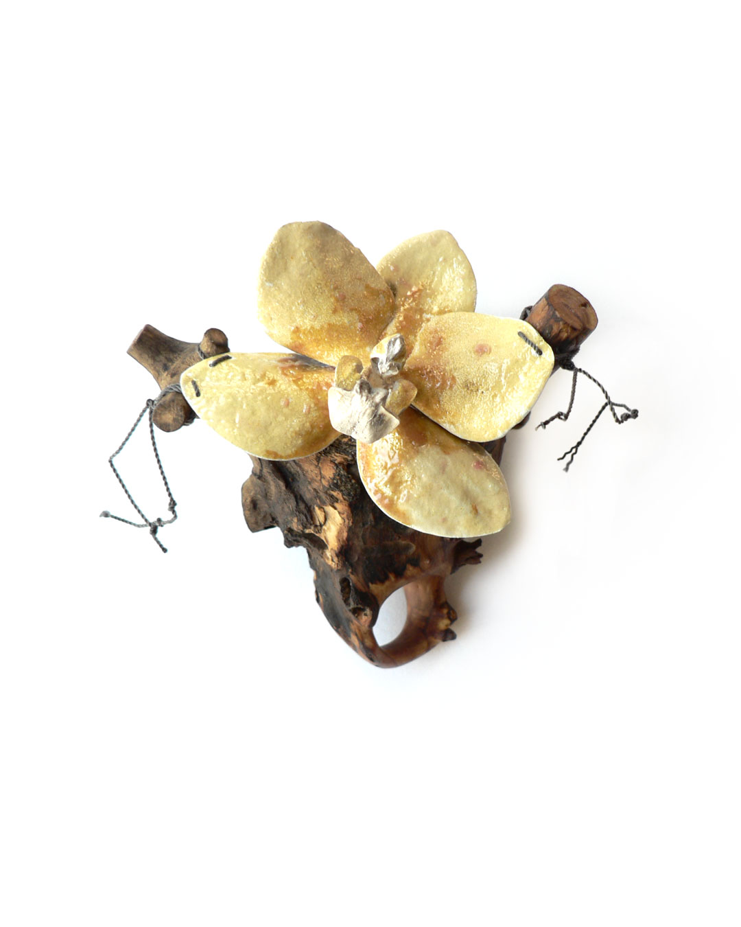 Jenny Klemming, Grandiflora, 2011, ring; apple wood, silver, enamel, silk, 94 x 83 x 83 mm, €1275