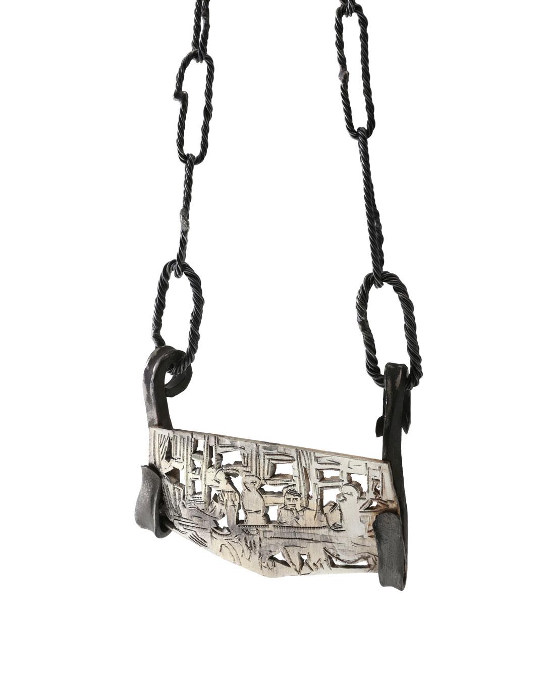 Rudolf Kocéa, Macrons Schreibtisch (Macron's Bureau), 2018, halssieraad; zilver, koper, titanium, 110 x 80 x 20 mm, €3250