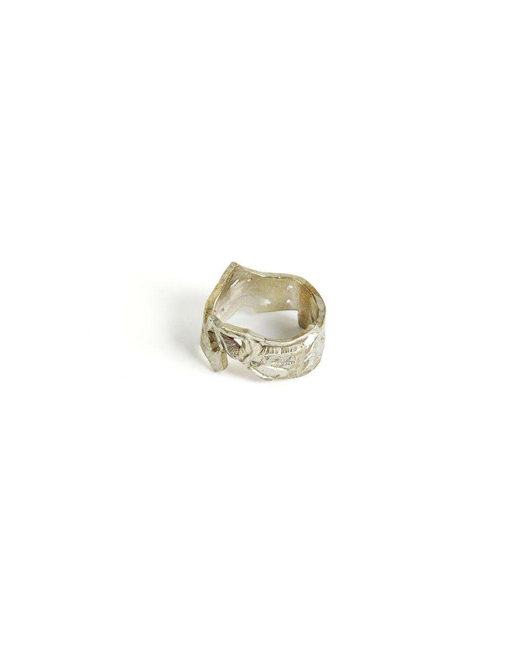 Rudolf Kocéa, zonder titel, 2014, ring; zilverlegering, ø 23 x 15 mm, €680