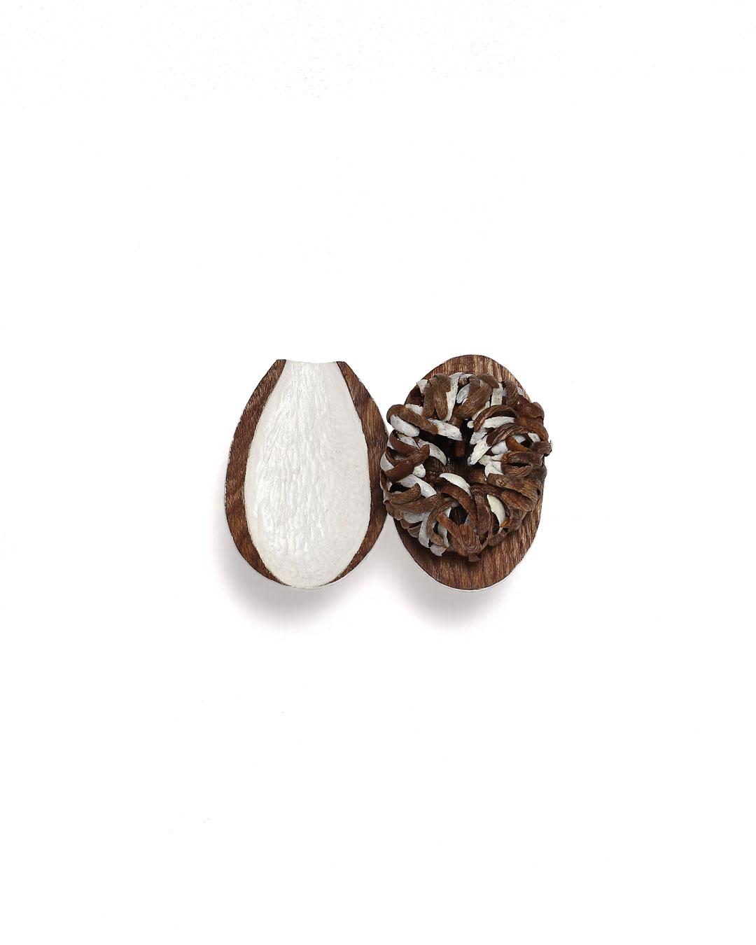 Dongchun Lee, Flourish Wither, 2013, brooch; wood, nylon thread, nickel silver, 105 x 80 x 45 mm, €1940