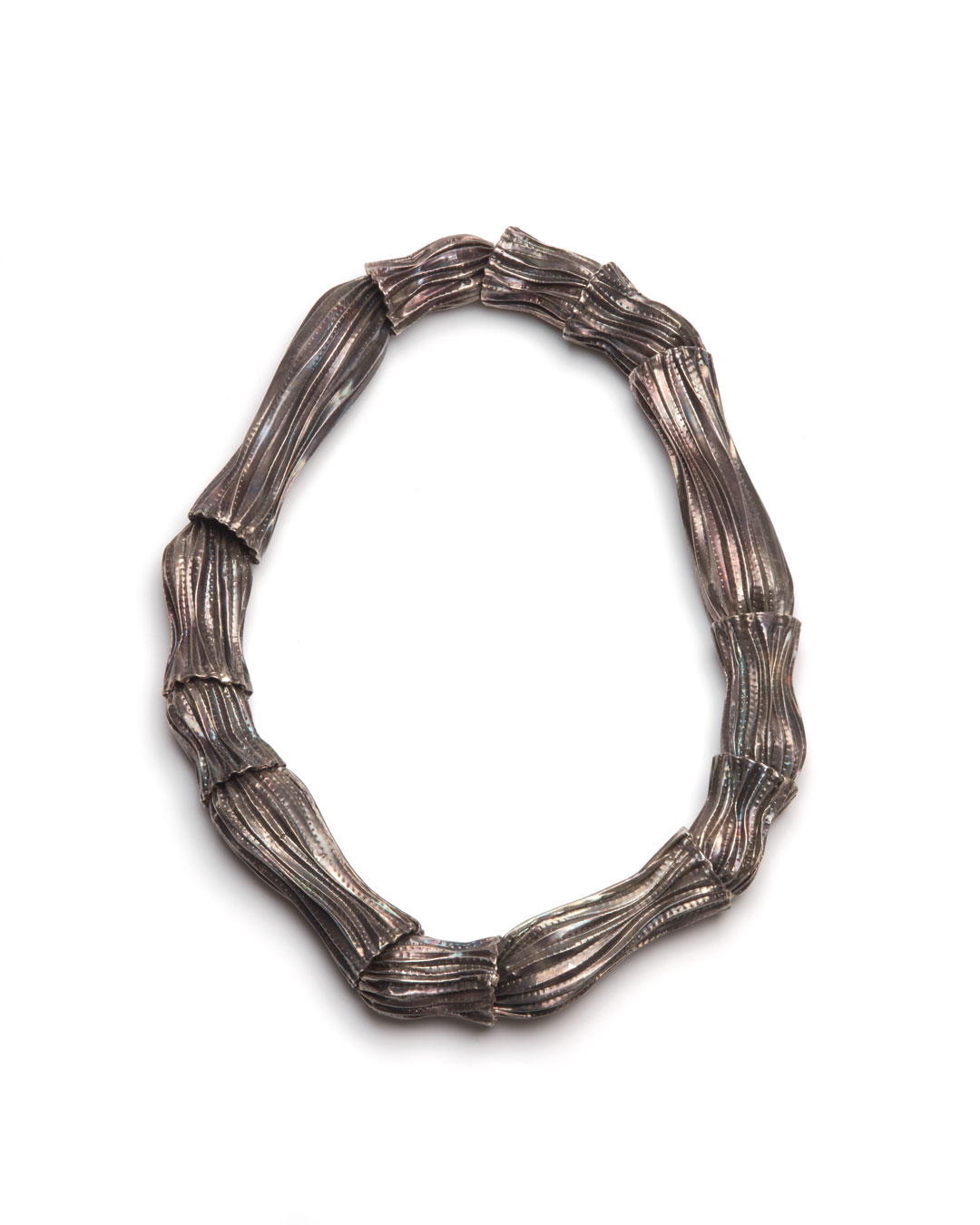 Susanna Loew, Seelilie, 2006, necklace; silver, silk, 250 x 200 x 30 mm, €1400