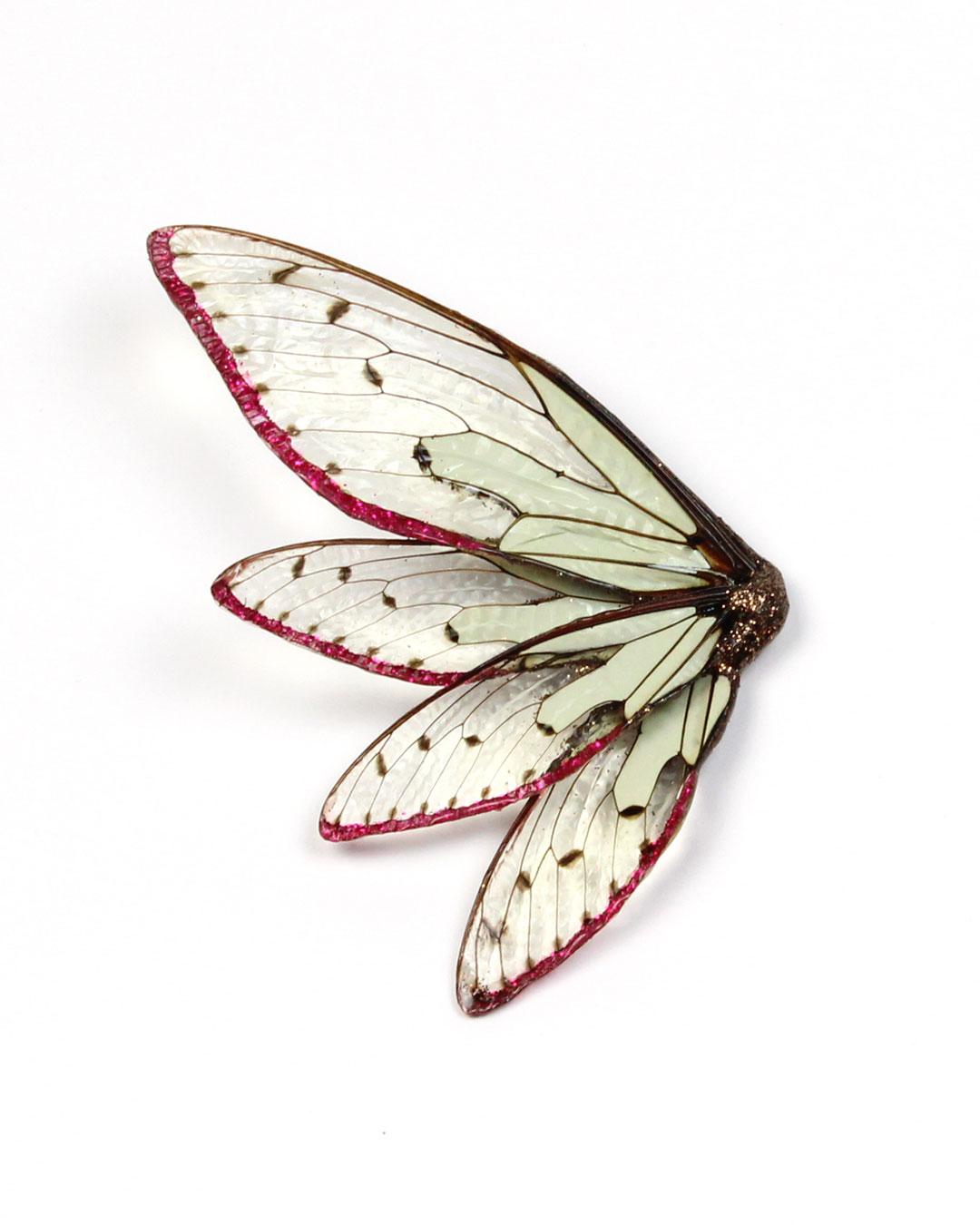 Märta Mattsson, Wings, 2016, broche; cicaden, lak, hars, pigment, zilver, 130 x 70 x 20 mm, €970