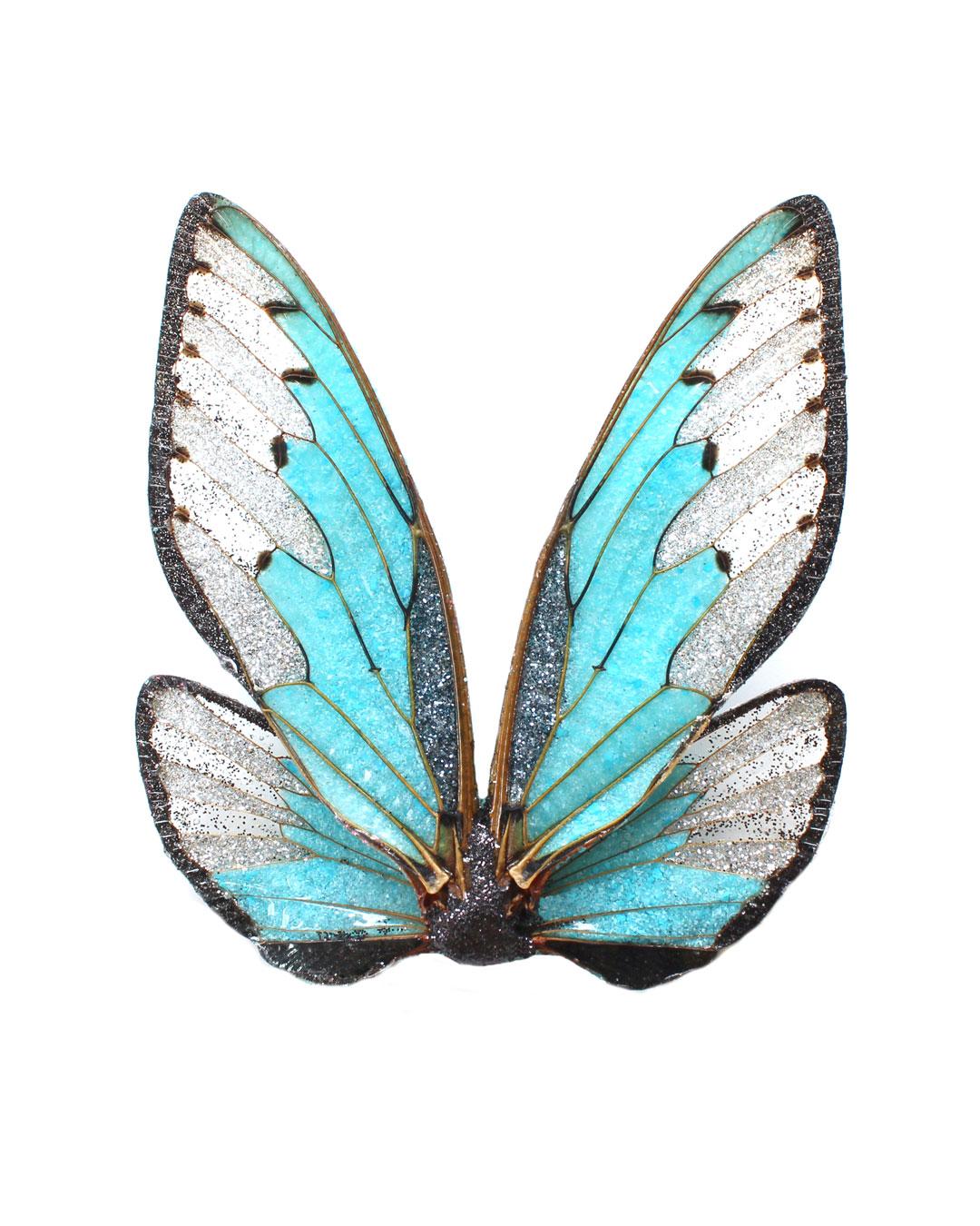 Märta Mattsson, Wings, 2016, broche; cicade, hars, pigment, zilver, 100 x 80 x 20 mm, €970