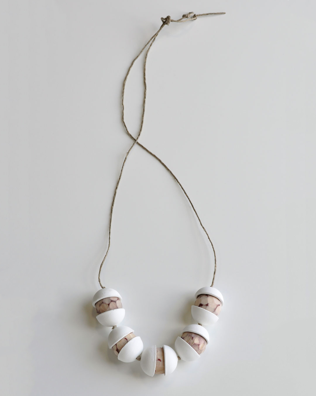 Chequita Nahar, Alla Kondre, 2010, necklace; porcelain, pine, string, 408 x 142 x 30 mm, €640