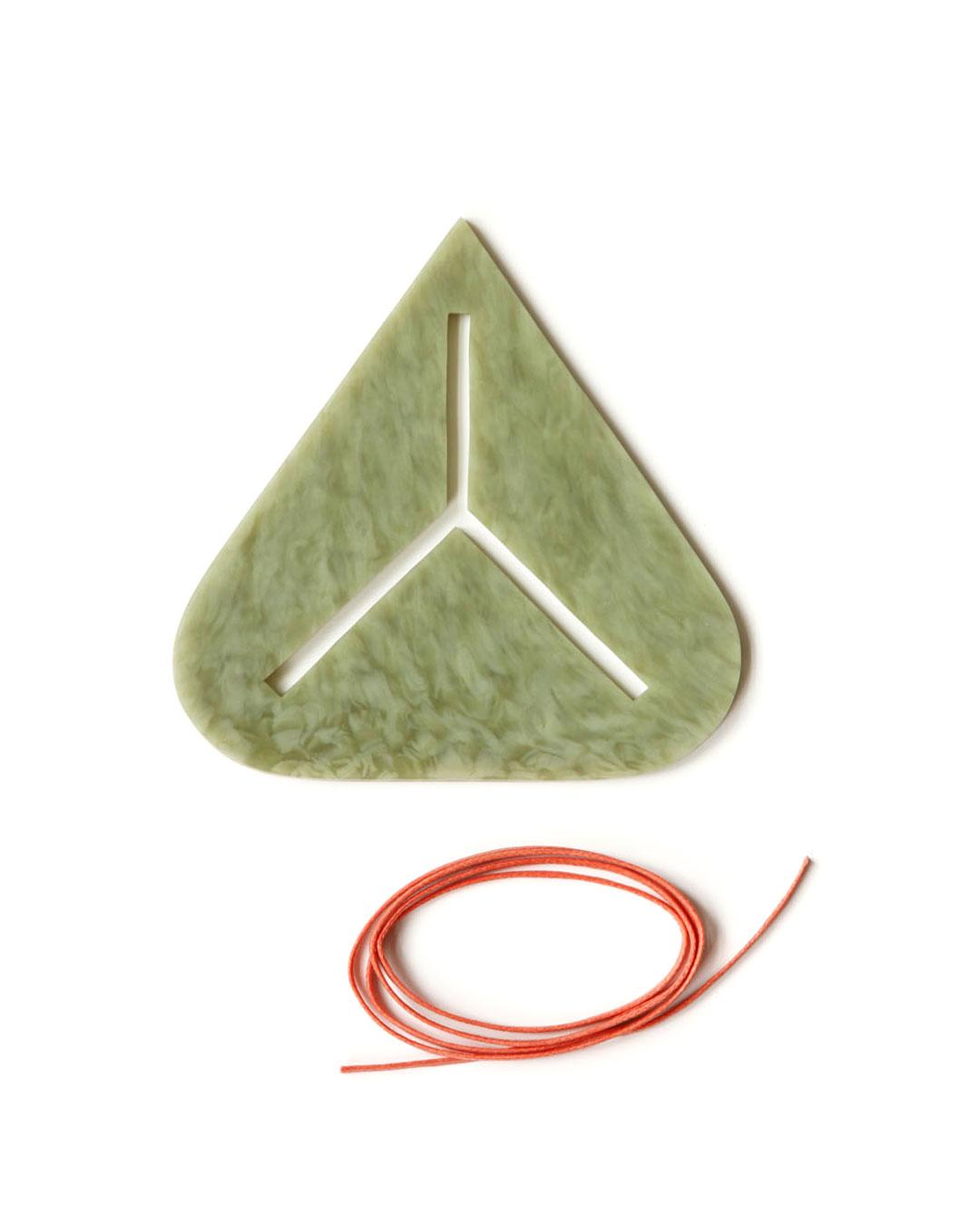 Julia Walter, Green Sign, 2014, hanger; Galalith, katoenen draad, 130 x 130 x 5 mm, € 730
