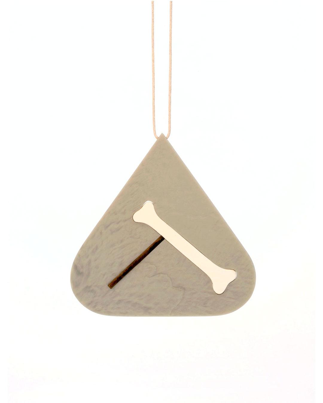 Julia Walter, Balance, 2014, hanger; Galalith, eik, katoenen draad, 130 x 130 x 5 mm, € 2180
