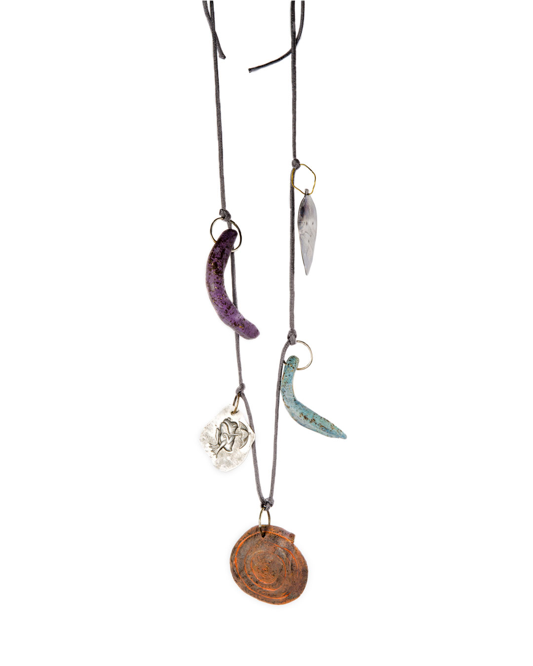 Julia Walter, Beach Necklace, 2019, halssieraad; geverfd klei, zilver, nylon koord, aluminium, staal, L 500 mm, € 970