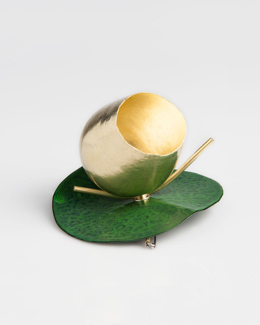 Andrea Wippermann, Blüte auf Grün (Bloom in Green), 2015, brooch; enamelled steel, gold, stainless steel, 80 x 75 x 60 mm, €5800