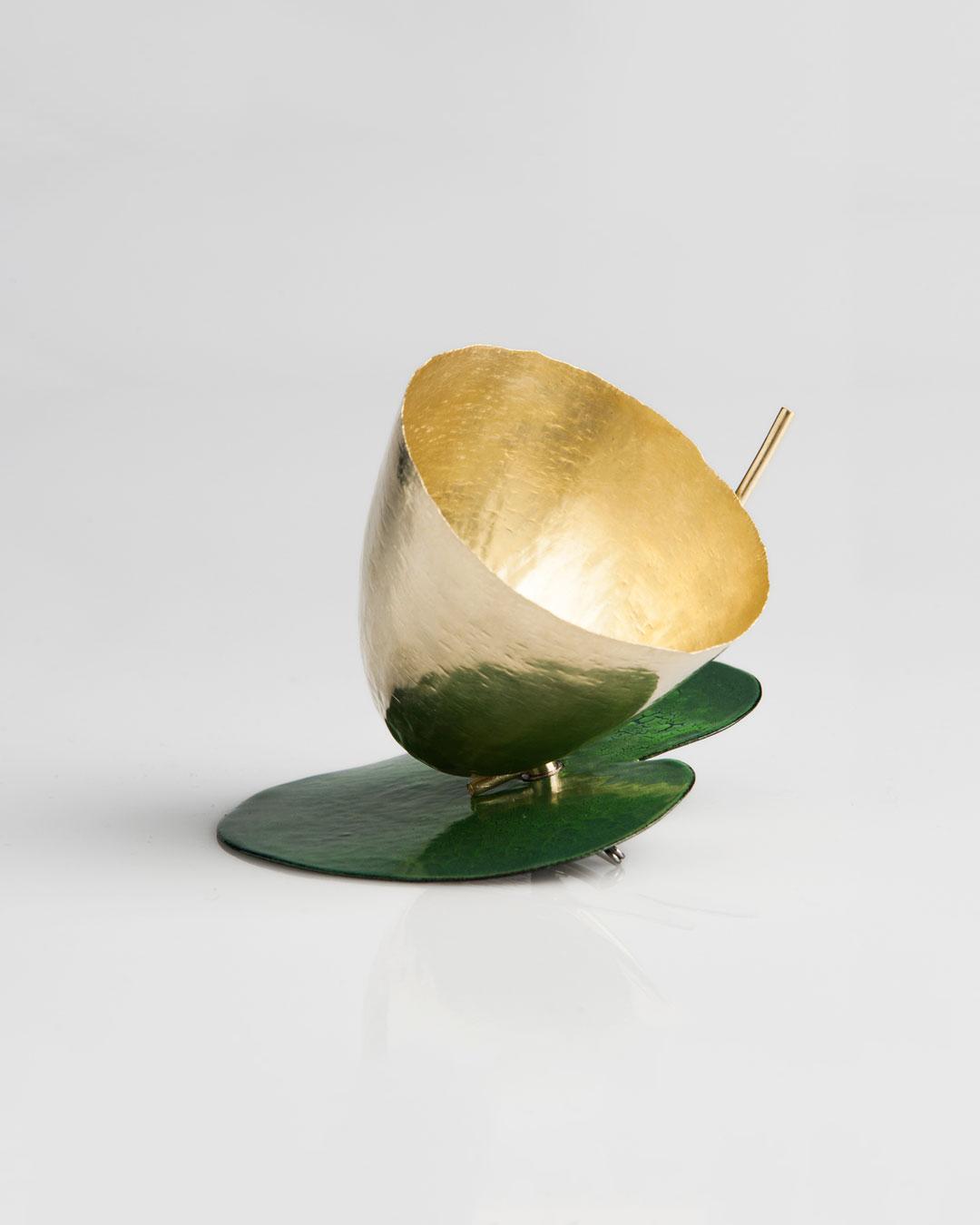 Andrea Wippermann, Grosse Blüte auf Grün (Large Bloom in Green), 2015, brooch; enamelled steel, gold, stainless steel, 95 x 95 x 80 mm, €7800