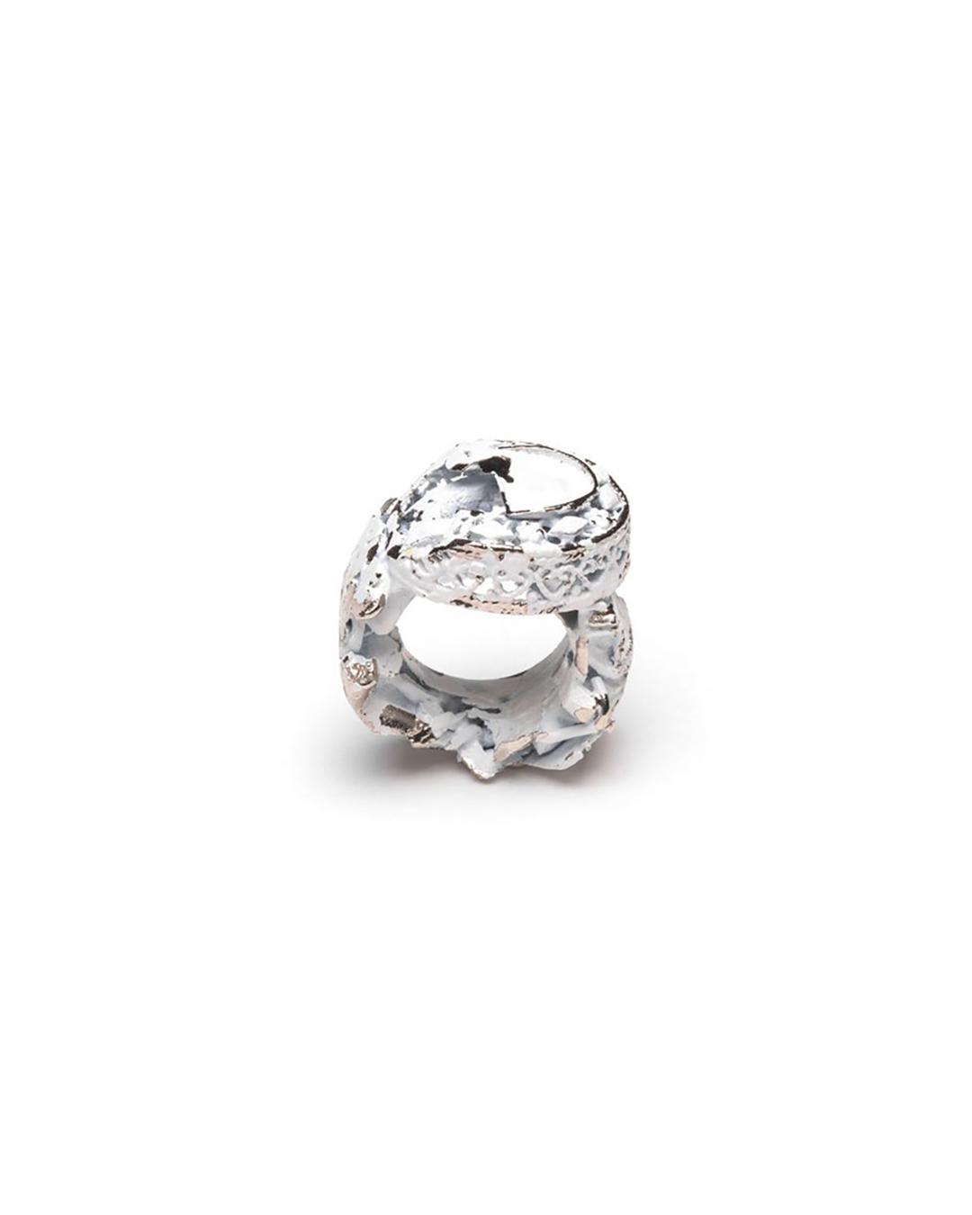 Doron Taubenfeld, zonder titel, 2009, ring; metaal, verf, 32 x 25 x 18 mm, €350