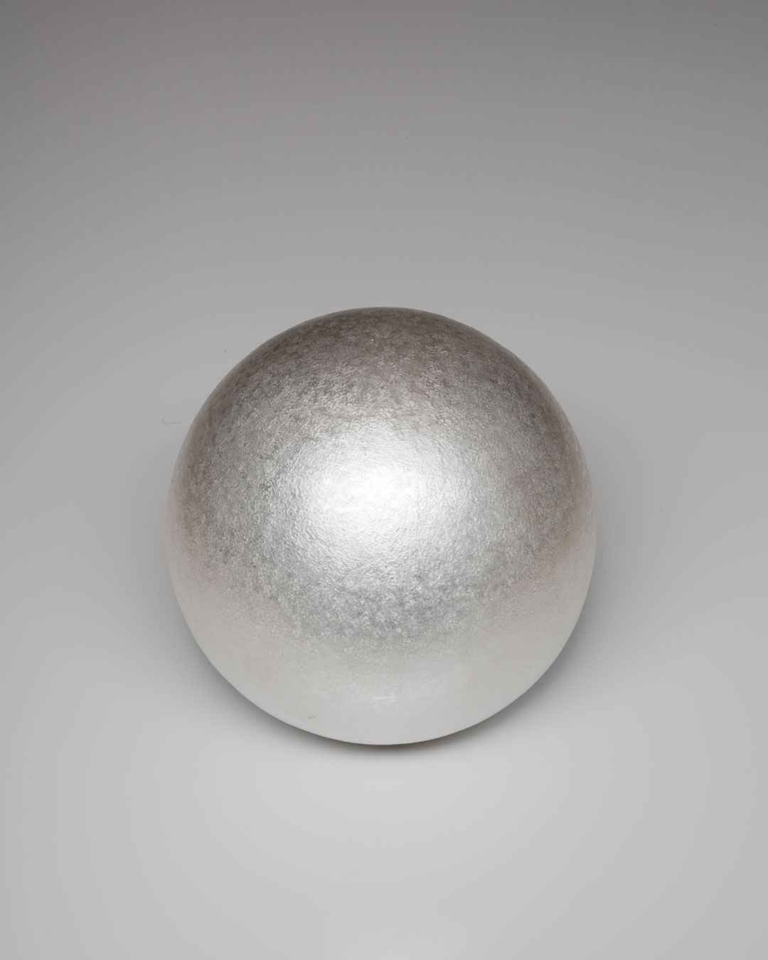 David Huycke, White Moon, 2012, object; silver 925/1000 - 723 gram, 165 x 165 x 165 mm, €4500 (image 1 of 2)