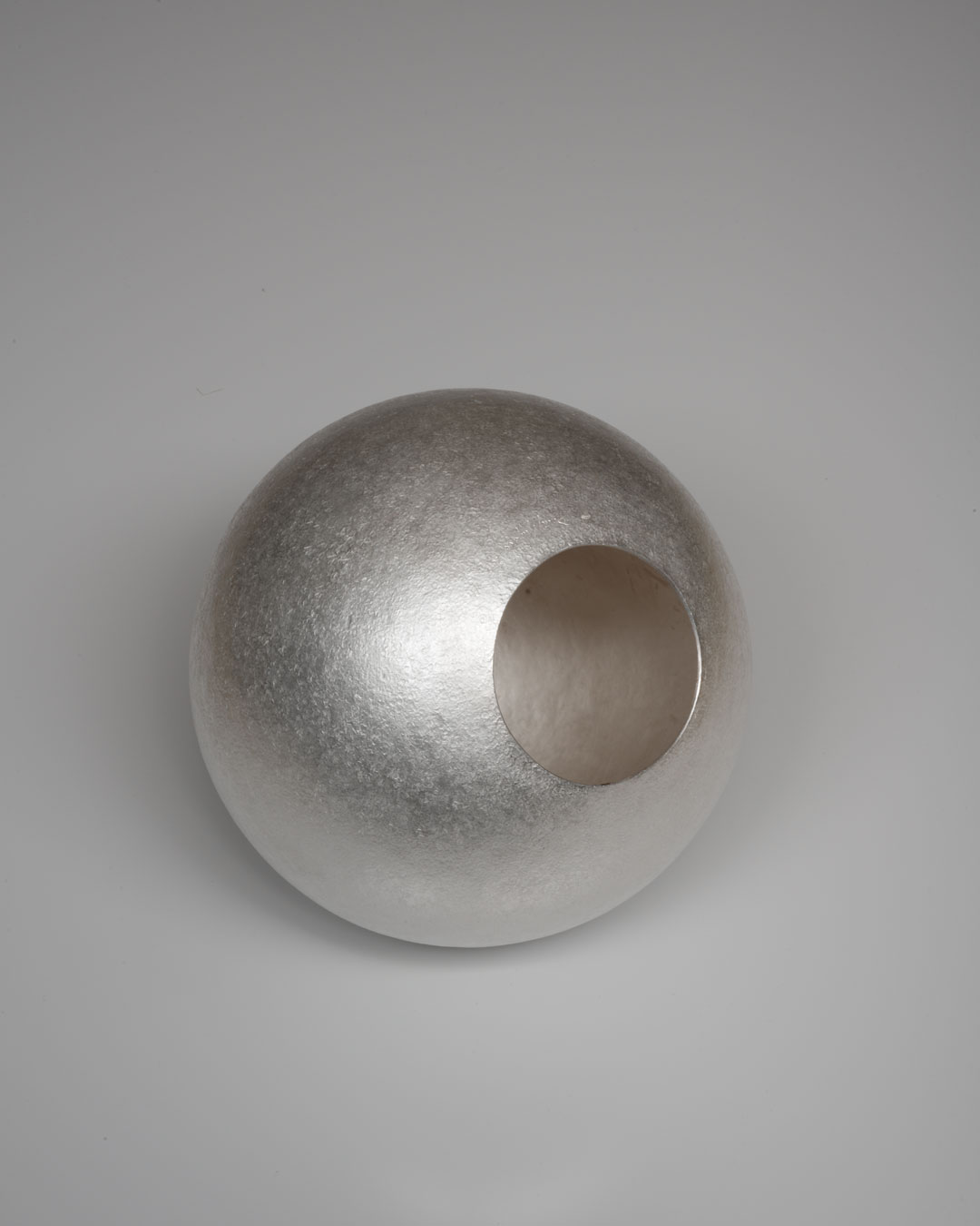 David Huycke, White Moon, 2012, object; silver 925/1000 - 723 gram, 165 x 165 x 165 mm, €4500 (image 2 of 2)