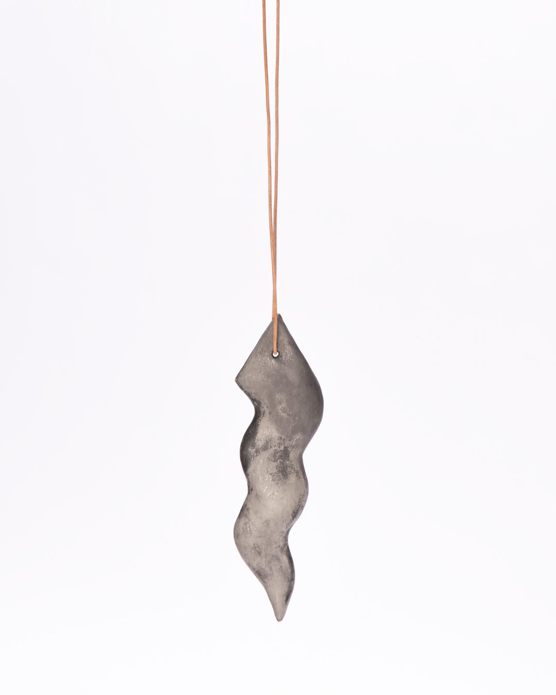 Julia Walter, zonder titel, 2020, hanger, hout, mineralen, pigmenten, acrylverf, leren koord, 180 x 50 x 10 mm € 485