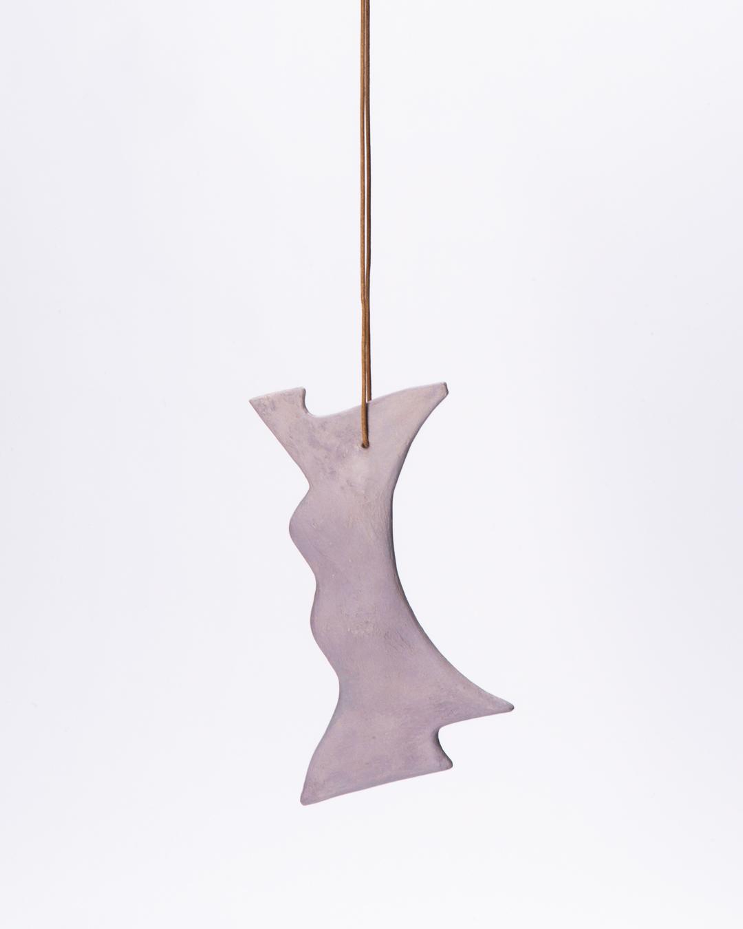 Julia Walter, untitled, 2020, hanger, hout, mineralen, pigmenten, acrylverf, leren koord, 190 x 110 x 15 mm € 730